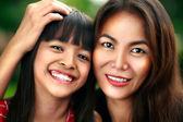 šťastná dívka matku a dítě — Stock fotografie