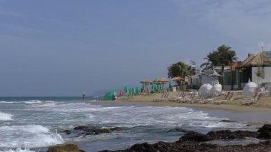 Greece flag on empty tropical beach — Stock Video