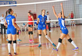 BUCHAREST, ROMANIA - OCTOBER 10:Players of CSM Bucharest happy after winning a point during the match with CSU Cluj, in Romanian Volleyball National Championship October 10,2014 in Bucharest, Romania — Stock Photo