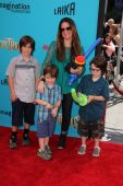 Holly Marie Combs with children — Stock Photo