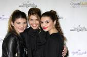 Lori Loughlin, daughters Isabella Rose Giannulli, Olivia Jade Giannulli — Stock Photo