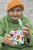 Elderly woman holding a gift — Stock Photo