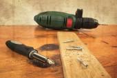 Metall workshop. elektrisk skruvmejsel, borrmaskin — Stockfoto