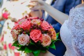 Bride with bouquet flowers — Stock Photo