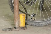 Old air pump and bicycle tire. — Foto Stock