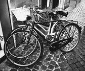 Two classic vintage retro city bicycles, bw photo, Rome, Italy — Stock Photo