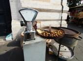 Tasteful roasted chestnuts for sale - Rome, Italy. — Stock Photo
