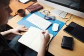 Frilansande utvecklare och designer arbetar hemma, man skriver i — Stockfoto