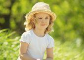 Little blonde girl in a wheat field, summer outdoor — 图库照片