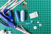 Herramientas de costura Patchwork en tapete verde — Foto de Stock