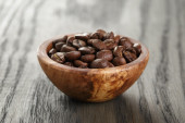 Freshly roasted arabica coffee beans in bowl — Stock Photo