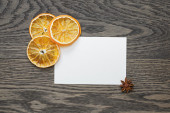 Dried orange slices with paper card on oak table — Stockfoto