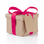 Gift christmas box wrapped with kraft paper and purple bow — Stock Photo