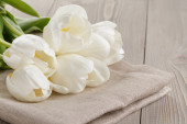 White tulips on rustic wood background — ストック写真