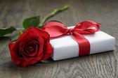 Nuvarande låda med band rosett och rose — Stockfoto