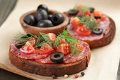 Open rye sandwich with salami and vegetables — Stock Photo