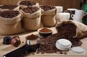 Grãos de variedade de café e pó fundo — Fotografia Stock