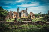 Ancient ruins of the old temple in Ayutthaya city — Stock Photo