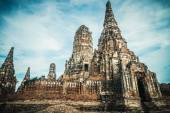 The old ruined buddhistic temple in ancient city Ayutthaya, Thailand — Foto Stock