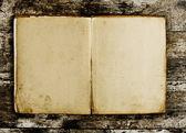 Abra o livro em branco sobre fundo de madeira velho — Fotografia Stock