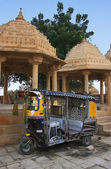 Decorated tuk-tuk parked at Gadi Sagar temple, Jaisalmer, India — Stock Photo