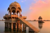 Gadi Sagar temple on Gadisar lake at sunset, Jaisalmer, India — Stock Photo