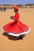 Indian man in traditional dress dancing at Desert Festival, Jais — Stock Photo