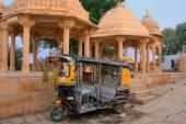 Decorated tuk-tuk parked at Gadi Sagar temple, Jaisalmer, India — Stock Photo