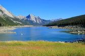 Medicine lake in Jasper national park, Alberta, Canada — Stock Photo