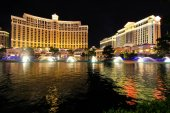 Fountain show at Bellagio hotel and casino at night, Las Vegas,  — Foto Stock