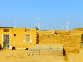 Small village with traditional houses in Thar desert, India — Stock Photo