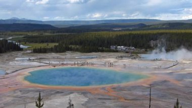Aerial view of Grand Prismatic Spring in Midway geyser basin, Yellowstone National Park, Wyoming, USA — Stock Video