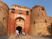 People walking through Bara Darwaza, Big gate of Purana Qila, Ne — Stockfoto