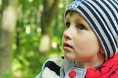Roztomilé dítě při pohledu na krásy parku detail — Stock fotografie