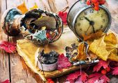 Old clock on the background of fallen leaves — Zdjęcie stockowe