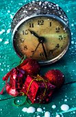 Old clock with Christmas decorations — Foto de Stock
