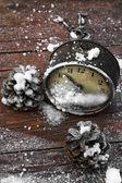 Старомодные часы и Новогодняя игрушка — Стоковое фото