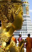 Close-up angle of buddha's head with monks in the background in  — Stock Photo