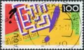 Postage stamp printed in Germany, dedicated to the 25th anniversary of the Youth Science and Technology Competition, shows a labyrinth, exclamation and question mark — Foto Stock