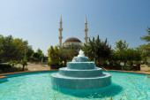 The main mosque in the village of Avsallar. In the foreground fountain. Anatolian coast. — Zdjęcie stockowe