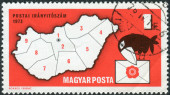 Postage stamp printed in Hungary dedicated Introduction to postal code system, shows Postal Zone Map of Hungary and Letter-carrying Crow — Stock fotografie