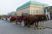 Coaches on the Pariser Platz, in the background the famous luxury Hotel Adlon Kempinski — Stock Photo