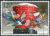 Postage stamp printed in England, Christmas Issue, shows a mailbox (pillar-box) — Stock Photo