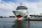 AIDAmar at berth Warnemunde. AIDAmar is a Sphinx class cruise ship, length 253 m, capacity of 2686 passengers — Stock Photo