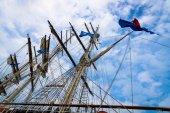 青い空と帆船の索具の詳細. — ストック写真