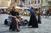 Performance of street musicians in medieval clothes — Stock Photo