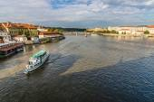 View of the river Vltava from the Charles Bridge. The Charles Bridge is a famous historic bridge that crosses the Vltava river in Prague. — Stock Photo