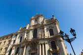 在布拉格小镇圣尼古拉大教堂的立面. — 图库照片