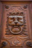 Decor old door in the form of a lion's head — Stok fotoğraf
