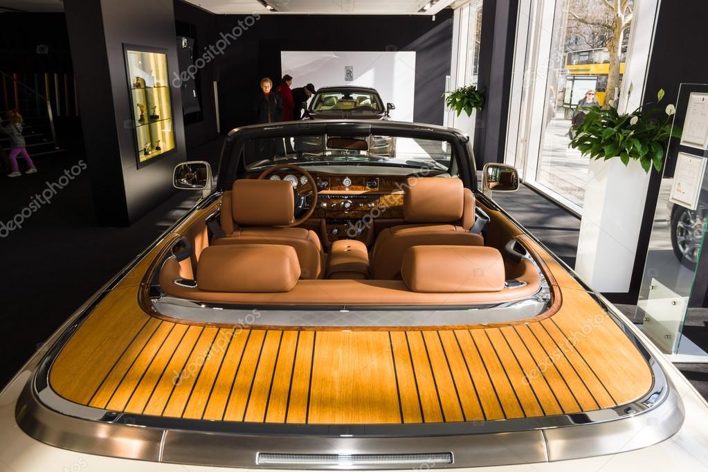 Salle d 39 exposition int rieur d 39 une voiture de luxe rolls for Interieur rolls royce